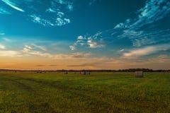 сено поля конца дня bale сверх Стоковые Фотографии RF