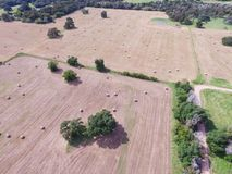 Сено связки поля прерии обрабатываемой земли Техаса вида с воздуха на солнечный день Стоковые Фотографии RF