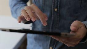 Сенсорный экран поверхности планшета руки человека касающий видеоматериал