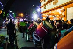 Сентябрь 2017, Kolkata, Индия Художники Dhaaki в улице во время погружения puja durga идут на ночу играя dhaak барабанчика стоковые изображения rf
