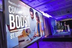 Сент-Луис, Миссури, объединенные положения 27-ое марта 2018 - видео- экран и диктор на общине Facebook поддерживают событие в Сен Стоковое фото RF