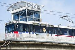 Сент-Луис, Миссури, Соединенные Штаты - около 2016 - пассажирский поезд регулярного пассажира пригородных поездов Metrolink на ст Стоковое Изображение RF