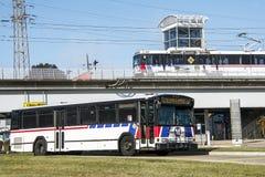 Сент-Луис, Миссури, Соединенные Штаты - около 2016 - пассажирский поезд регулярного пассажира пригородных поездов Metrolink на ст Стоковые Фотографии RF