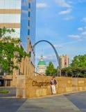 Сент-Луис, MO США - вход сада города Сент-Луис с сводом Сент-Луис и старое здание суда в предпосылке Стоковое Фото