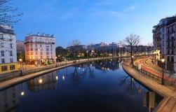 """Сен-Мартен канала вечером Это длинный канал в Париже, соединяя канал de l """"Ourcq к реке Сене стоковое изображение"""