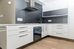 Серая белая современная кухня стоковые изображения