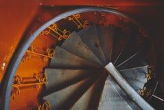 Серая винтовая лестница в старом оранжевом поезде, в ocher стиле, спиралях и спуская линиях шагов стоковые фотографии rf