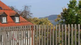 Серая деревянная загородка с домами на заднем плане акции видеоматериалы