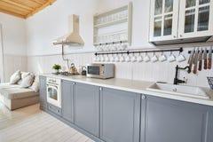 Серая и белая кухня стоковое фото