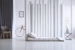 Серая и белая спальня стоковые изображения rf