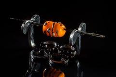 Серая и оранжевая стеклянная бусина на стойке Стоковое Фото