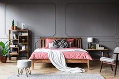 Серая и розовая уютная спальня стоковое фото rf