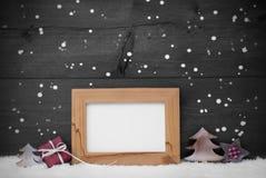Серая карточка с рамкой и красным украшением, космосом экземпляра, снегом Стоковая Фотография