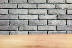 Серая кирпичная стена с передним планом таблицы Стоковые Фотографии RF