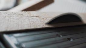 Серая металлическая таблица с круглой пилой режа деревянную планку в студии дневного света видеоматериал