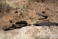 Серая пирамида из камней утеса песчаника наряду с следом в южной Юте вдоль реки девственницы стоковое изображение rf