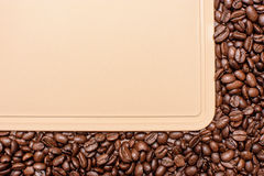 Серая предпосылка вокруг краев зажаренных в духовке кофейных зерен, космос для текста Стоковые Фотографии RF