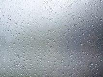 Серая предпосылка с падениями воды Стоковое Изображение