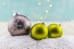 Серая снежинка и 2 зеленых орнамента стеклянных шарика Стоковые Фото