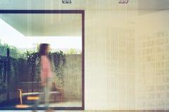 Серая софа в дворе, завод на стене, женщина Стоковое Фото