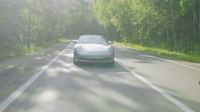 Серая спортивная машина после камеры на дороге акции видеоматериалы