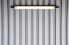 Серая стена с неоновым светом стоковые изображения rf