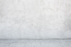 Серая стена цемента с пустым каменным кафельным полом Стоковое Изображение RF