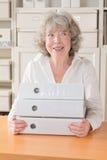 Серая с волосами женщина с файлами Стоковое Изображение RF
