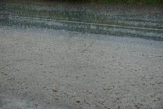 Серая текстура воды от лужиц и дождевых капель стоковое фото