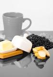 Серая чашка coffe на сияющей поверхности sourrounded мимо Стоковые Фото