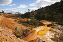 Сера и загрязнянное утюгом река на Sao Domingos покинули мои Стоковое фото RF