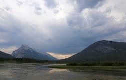 Сера и облака Rundle стоковое изображение