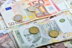 Сербские динары и банкноты ЕВРО Стоковые Изображения