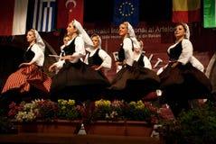 Сербские фольклорные танцоры на празднестве стоковые фотографии rf
