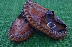 Сербский крестьянский ботинок на зеленой предпосылке Стоковые Изображения