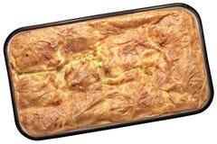 Сербский традиционный скомканный Gibanica пирог сыра в лотке выпечки i Стоковые Изображения RF