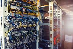 Серверы в комнате сервера стоковые фотографии rf
