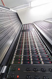Сервер и управления данных в большом шкафе стоковые фото