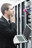 сервер комнаты сети компьтер-книжки бизнесмена Стоковые Изображения RF