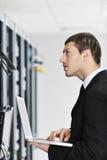 сервер комнаты сети компьтер-книжки бизнесмена Стоковая Фотография RF