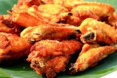 Сервировка глубоких крылов зажаренного цыпленка Стоковые Фотографии RF