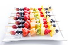 Сервировка красочных kebabs свежих фруктов Стоковые Фотографии RF