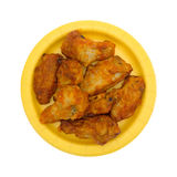 Сервировка крылов цыпленка на желтой бумажной тарелке Стоковая Фотография