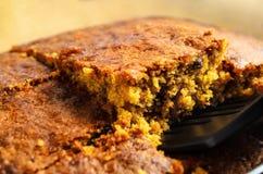 Сервировка куска торта моркови поднятая от печь блюда стоковое изображение