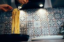Сервировка плиты макаронных изделий Carbonara Linguine Стоковое Фото