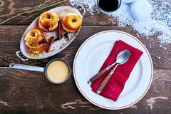 Сервировка пряных испеченных яблок с соусом заварного крема Стоковое фото RF