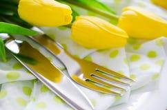 Сервировка стола весны для день ` s пасхи или матери Стоковые Изображения