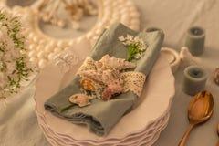 Сервировка стола весны или лета в прибрежном стиле стоковые изображения
