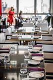Сервировка стола в точном обедая ресторане Стоковые Изображения