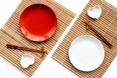 Сервировка стола для крена суш Пустая плита на циновке около палочки и шара для sause на белом взгляд сверху предпосылки Стоковая Фотография